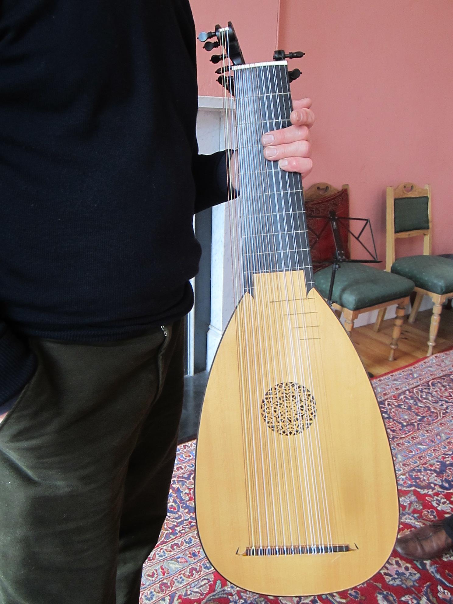 how to make a guitar sound like a lute